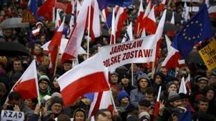 """Những người biểu tình với biểu ngữ """" Jaroslaw  cút khỏi Ba Lan"""" trên đường phố Vacxava ngày 12/12/2015."""