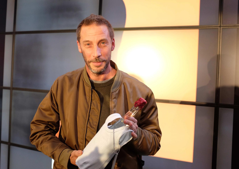 Éric Baudelaire, né en 1973 à Salt Lake City, aux États-Unis, vit et travaille à Paris. Il est lauréat du prix Marcel Duchamp 2019 pour « Tu peux prendre ton temps », ici avec son trophée au Centre Pompidou-Paris.