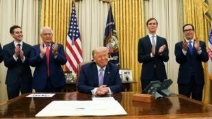 Donald Trump a annoncé ce jeudi 13 août depuis la Maison Blanche un «accord de paix historique» entre Israël et les Émirats arabes unis.