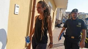 """Carola Rackete, capitã do """"Sea Watch 3"""", é escoltada pela polícia de Lampedusa, na Itália."""
