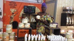 Mariama Sylla, directrice de Diongoma présente ses produits 100% bio au Salon de l'agriculture de Paris.
