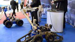 Télémax, robot d'intervention, présenté au salon Milipol, 19ème salon de la sécurité intérieure des Etats, à Villepinte, au nord de Paris, le 17 novembre 2015.