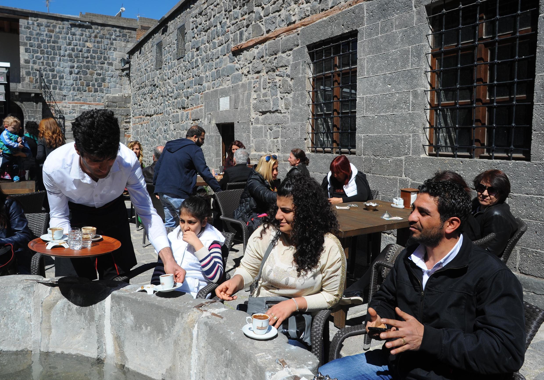 "Кафе ""Сурб Киракос"" на территории армянской церкви города Диярбакыра. Турция. 5 апреля 2015 год"