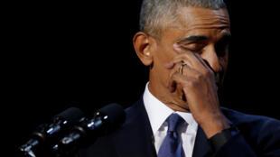 Barack Obama emocionou-se ao falar sobre a primeira-dama Michelle Obama.
