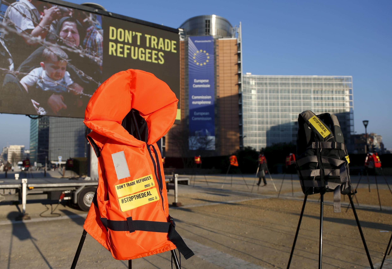 Áo phao được người biểu tinh dùng làm biểu tượng trong cuộc xuống đường phản đối hội nghị thượng đỉnh Liên Hiệp Châu Âu tại Bruxelles ngày 17/03/2016.
