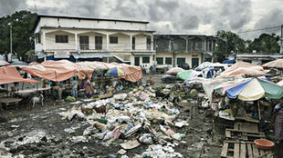 Aux Comores, des ordures ont été déposées en plein centre du marché de Moroni faute de moyens pour les enlever (image d'illustration).