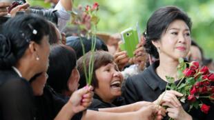 Cựu thủ tướng Thái Lan Yingluck Shinawatra được rất nhiều người đến ủng hộ trước cửa Tòa Án Tối Cao tại Bangkok, ngày 21/ 07/2017.