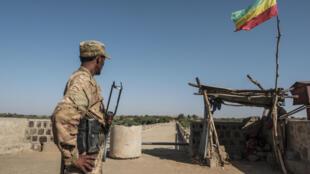 Un combatiente en la frontera de Tigré (Etiopía) con Eritrea, el 22 de noviembre de 2020