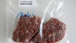 Образец мясного фарша в лаборатории института контроля пищевой продукции в Германии 13/02/2013