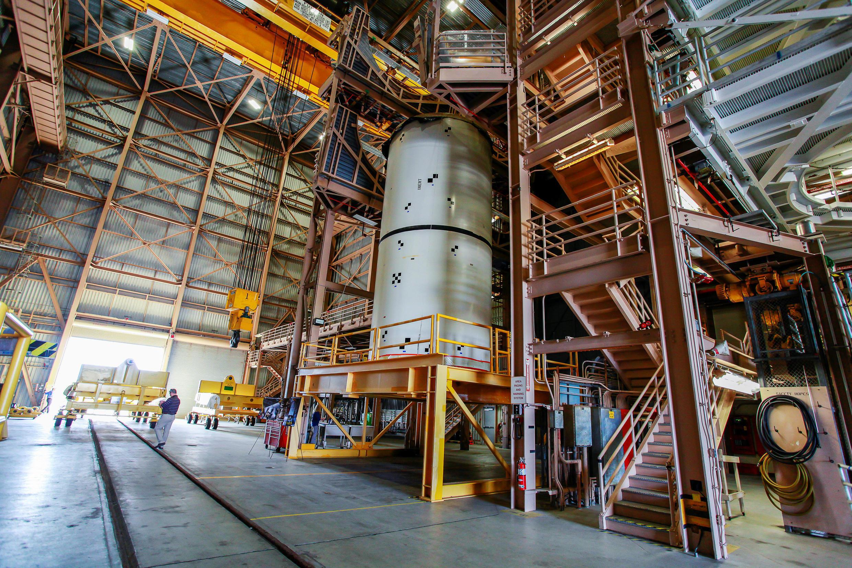 Tên lửa SLS ( Space Launch System ) đang được lắp ráp tại Trung tâm Không gian Kennedy của NASA. Ảnh chụp ngày 11/03/2019.
