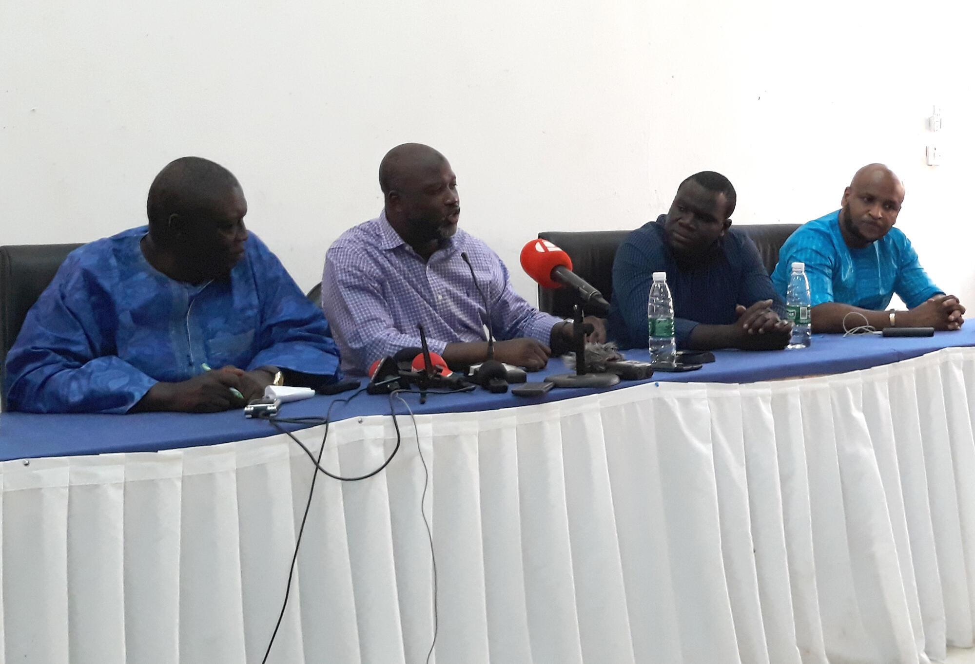 De gauche à droite: Pap Saine, cofondateur du journal «The Point», Abubacarr Tambadou, Sheriff Bojang, président du syndicat des journalistes, Baba Hydara, le 16 décembre à Banjul.