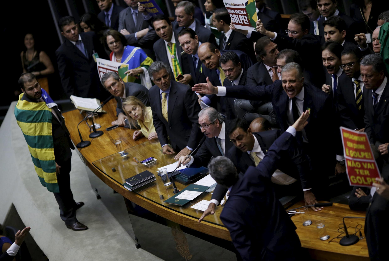 Chaque député disposait de dix secondes à la tribune pour s'exprimer. Les députés de gauche minoritaires criaient «canailles», «lâches» «putschistes» à l'adresse de leur collègues conservateurs, qui les traitaient de «voleurs».