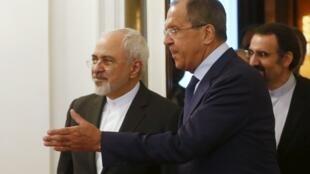 Chanceler russo, Sergei Lavrov, conduz o ministro iraniano Mohammad Javad Zarif.