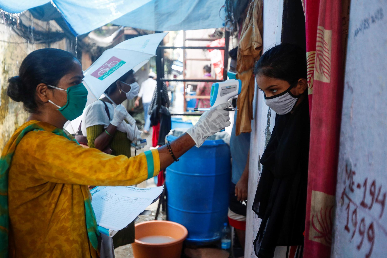 Le personnel soignant procédant à des tests de dépistage au Covid-19 à Mumbai, le 17 août 2020.