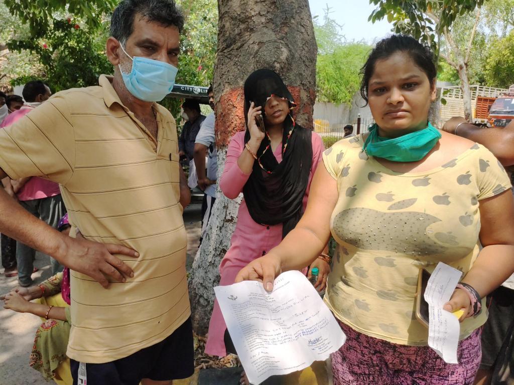 La famille Gupta, au crématorium. Nidhi montre le certificat de décès de sa mère, qui indique qu'elle présentait les symptômes de Covid-19.