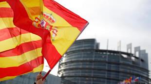 反對加泰獨立者揮舞西班牙與加泰旗幟