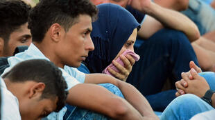 Des migrants attendent à la frontière serbo-hongroise de pouvoir poursuivre leur périple, près Roszke, le 16 septembre 2015.