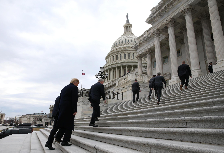 Ảnh minh họa: Quốc Hội Mỹ (Capitol). Tổng thống Mỹ Donald Trump đang bước lên các bực thềm. Ảnh 09/01/2019.