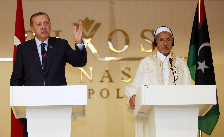 Thủ tướng Thổ Nhĩ Kỳ Tayyip Erdogan (trái) trogn một cuộc họp báo  với lãnh đạo Hội đồng Quốc gia Lâm thời Libya (NTC) Mustafa Abdel Jalilin tại Tripoli hôm 16/9/2011