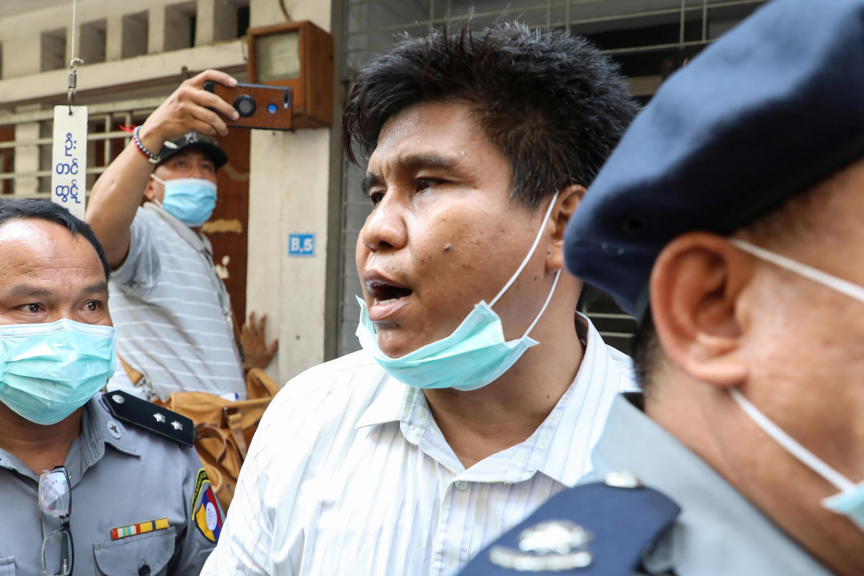 Nay Myo Lin, tổng biên tập trang tin Voice of Myanmar bị áp tải ra tòa án ở Mandalay (Miến Điện) ngày 31/03/2020.