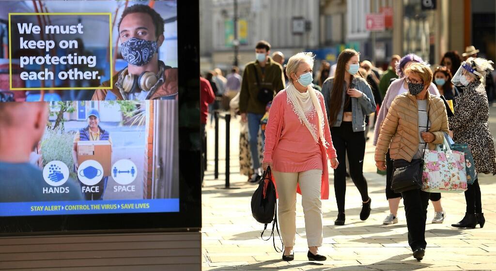 Affichage des services de santé britannique appelant au respect des gestes de protection face au Covid-19, dans une rue de Newcastle.