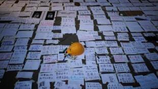 香港,17日凌晨,支持反佔中人士的紙條和反暴力的頭盔。