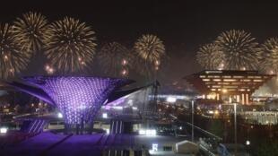 Pháo bông tưng bừng trong đêm khai mạc Triển lãm Toàn cầu Thượng Hải.