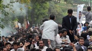 Le président iranien Mahmoud Ahmadinejad (C) et ses gardes du corps après l'explosion d'un « pétard » le 4 août.