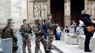 Lính Pháp đi tuần tra trước cửa Nhà Thờ Đức Bà, Paris, ngày 23/12/2016