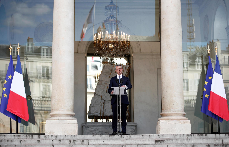Генеральный секретарь Елисейского дворца Алексис Колер зачитывает имена членов нового правительства Франции. 06.07.2020