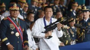 Tổng thống Philippines Rodrigo Duterte tại lễ bàn giao súng trường bắn tỉa Galil bên cạnh Cảnh sát trưởng Quốc gia Ronald Bato Dela Rosa, thành phố Quezon, ngày 19/04/2018.