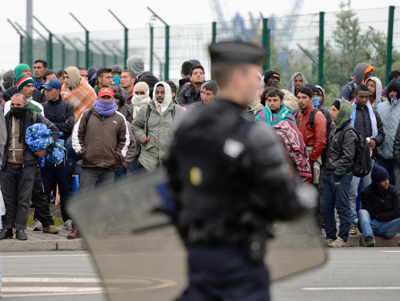 Des migrants sans-papiers attendent d'être expulsés de leur camp, à Calais (France), le 28 mai 2014.