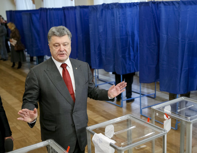Петр Порошенко на избирательном участке в Киеве, 25 октября 2015