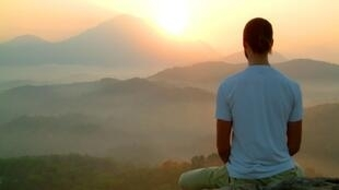 La meditación ayuda a disminuir el estrés, mejora la memoria y calma la mente. Se puede empezar con diez minutos al día.