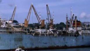 O navio de pesca russo Dalniy Vostok, na costa sul da Sibéria.