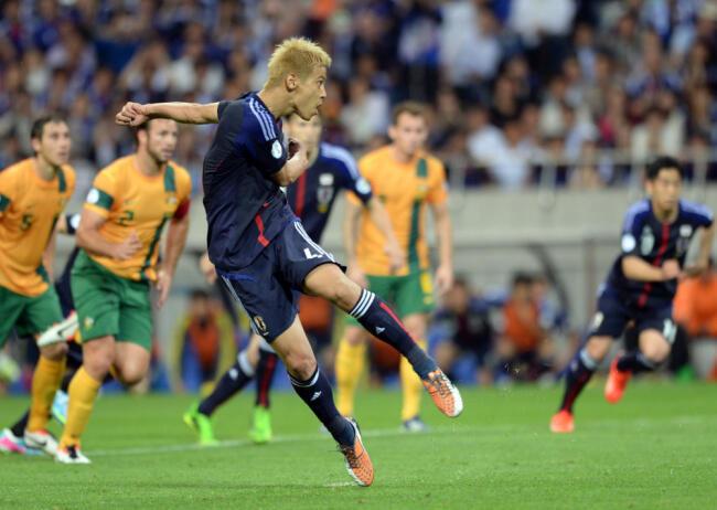 Mchezaji wa Japan Keisuke Honda akifunga mkwaju wa penalti katika mchezo dhidi Australia na kufanikisha timu hiyo kufuzu Kombe la Dunia mwaka 2014