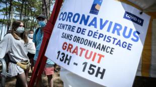 Gente hace cola en una carpa de detección gratuita de COVID-19 (nuevo coronavirus) instalada en el estacionamiento de la playa Petit Nice en La Teste-de-Buch, suroeste de Francia, el 24 de julio de 2020.