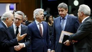 De gauche à droite, les ministres de l'Intérieur espagnol, allemand, néerlandais, belge et le commissaire européen aux Affaires intérieures, lors d'une réunion extraordinaire à Bruxelles, deux jours après les attentats qui ont frappé la capitale belge.