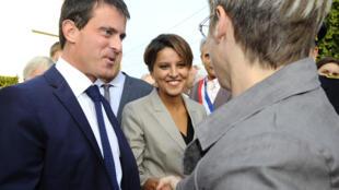 Le Premier ministre Manuel Valls (g.), lors d'un déplacement avec la ministre de l'Education Najat Vallaud-Belkacem (c.), le 4 septembre 2014.