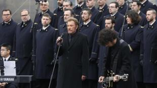 Cantor Johnny Halliday presta homenagem às vítimas do terrorismo na França