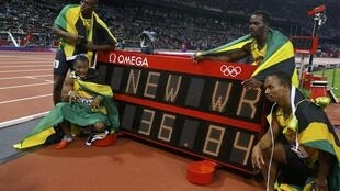 Mwanariadha mstaafu na bingwa wa mbio za Mita 100 anayeshikilia rekodi ya dunia Mjamaica Usain Bolt (juu kushoto) katika Michezo ya Olimpiki ya 2012akiwa pamoja na Yohan Blake (chini kushoto), Nesta Carter (juu kulia) na Michael Pande (chini kulia).