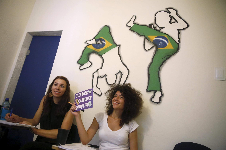 A refugiada síria Tulin Hashemi (direita) faz curso de português em uma escola do Rio de Janeiro.