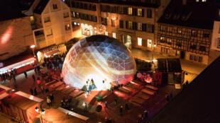 Vista de cima do mercado Off de Noël, a feira de Natal alternativa que acontece em Estrasburgo de 24 de novembro a 24 de dezembro de 2017.