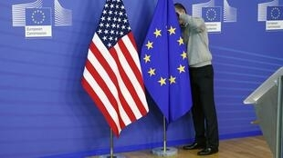 Banderas estadounidense y europea en Bruselas.