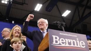O senador Bernie Sanders comemora vitória nas primárias democratas no estado de New Hampshire, na terça-feira (12).