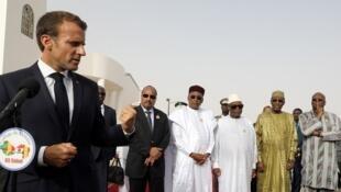 Le président français Emmanuel Macron prononce un discours pendant la conférence de presse avant la rencontre du G5 Sahel à Nouakchott.