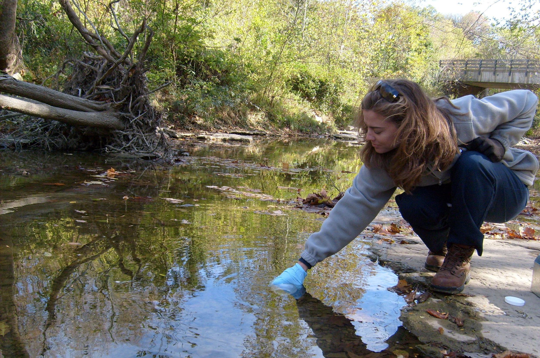 Monitoreo de la calidad de agua en un arroyo, en South Fork of Gunpowder Creek, Boone County, en el estado de Kentucky, Estados Unidos.