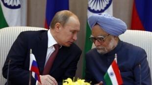 El presidente ruso, Vladimir Putin, con el primer ministro de India, Manmohan Singh, en Nueva Delhi, el 24 de diciembre de 2012.