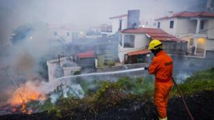 Bombeiros combatem incêndio junto à Igreja da Boa Nova, Funchal, Madeira, 10 de Agosto de 2016