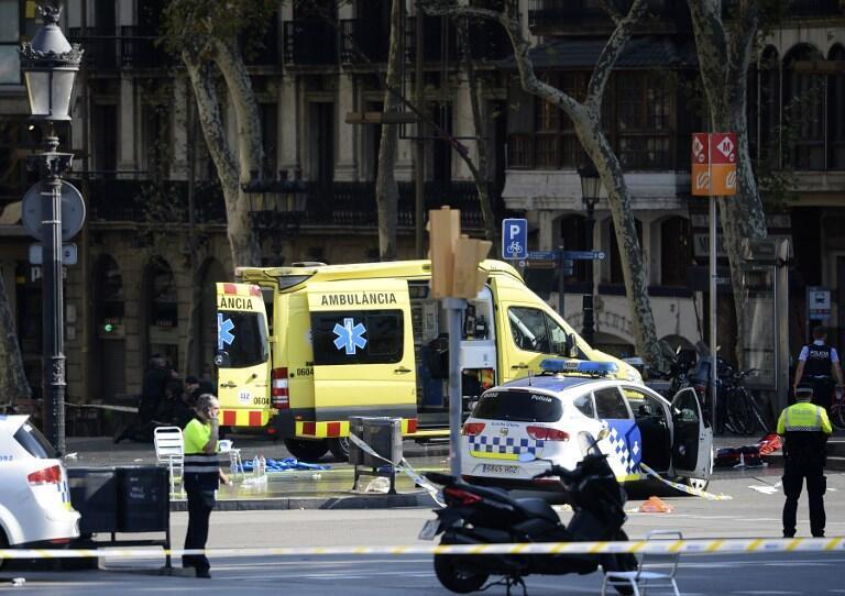 Ambulância na área da Rambla após o ataque